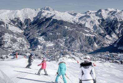 skieurs skiant dans la vallée de Courchevel